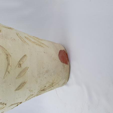 Amfora gliniana wysoka z beżowej ceramiki rytowana